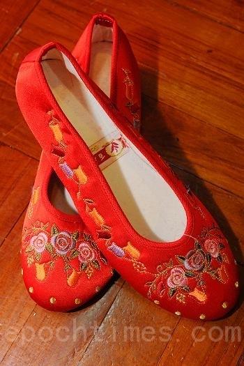 冬至时节,长辈会赠送晚辈鞋赠帽作为礼物,鞋上多有手工刺绣。(宋祥龙/大纪元)