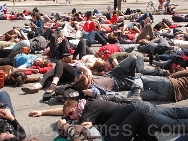 加拿大魁北克省數百學生卧倒在地,抗議政府調漲大專院校學費的計畫。(Nathalie Dieul/大紀元)
