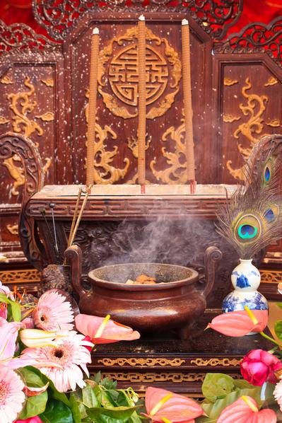 传统节日时,人们会通过祭拜天地和祖先等各种仪典达到与神明沟通的美好愿望。 (王嘉益/大纪元)