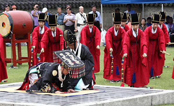 """古时冬至这一日,皇帝要到郊外举行祭天大典,祈求平安。图为韩国国家级祭礼""""社稷大祭""""中,皇帝登坛祭拜,祈求神明保佑国泰民安,五谷丰登。(全宇/大纪元)"""