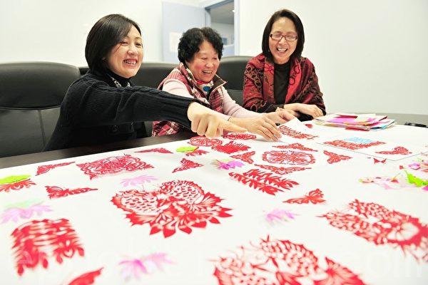 加拿大溫哥華華人協會剪紙授藝(景浩/大紀元)