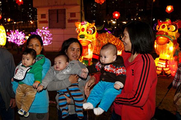 香港正月十五元宵節,母子看花燈。(潘在殊/大紀元)