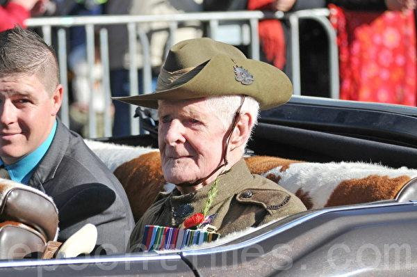 澳洲墨爾本市「澳紐軍團日」所見為數不多的二戰老兵。(胡宥華/大紀元)