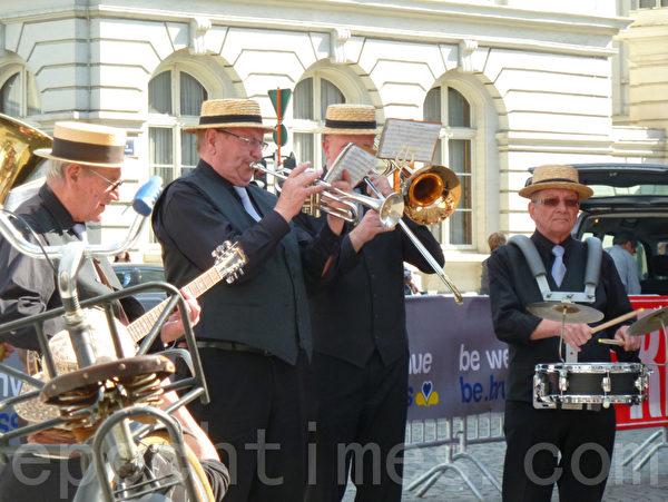 布魯塞爾街頭老人奏出的樂曲熱情洋溢別有風情。(潘雁/大紀元)