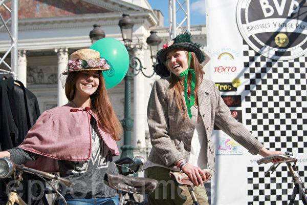 比利時布魯塞爾姑娘們穿上傳統服裝,推起一輛老式的自行車,還真是有模有樣。(孫華/大紀元)