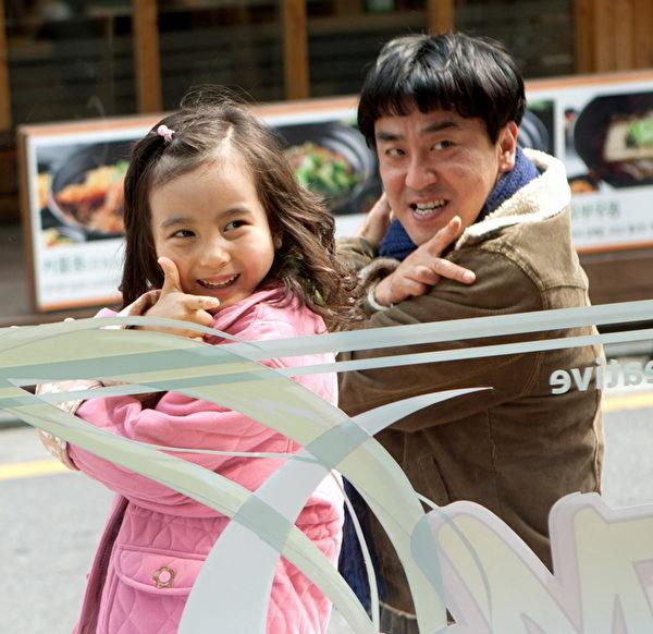 《7號房的禮物》成為今年韓國唯一的本土「千萬大片」,被譽為「以善良創造影史奇蹟」。柳承龍(右)憑藉該片獲封大鐘獎影帝,童星葛素媛(左)則收穫評委會特別獎。(台北電影節提供)