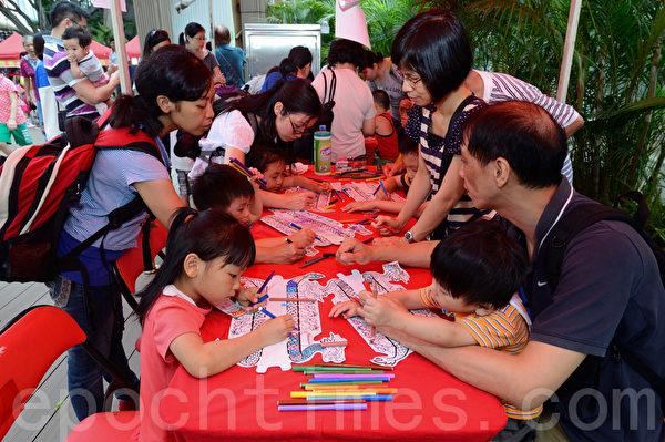 香港龍舟工作坊內,家長和孩子參與繪畫。(宋祥龍/大紀元)