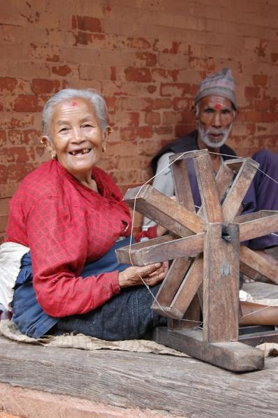 尼泊爾巴克塔布的老人傳統紡線(意文/大紀元)