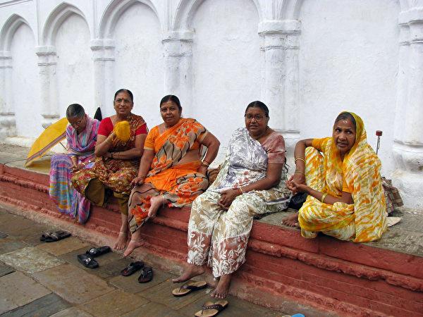 尼泊爾老皇宮廣場的婦女(意文/大紀元)