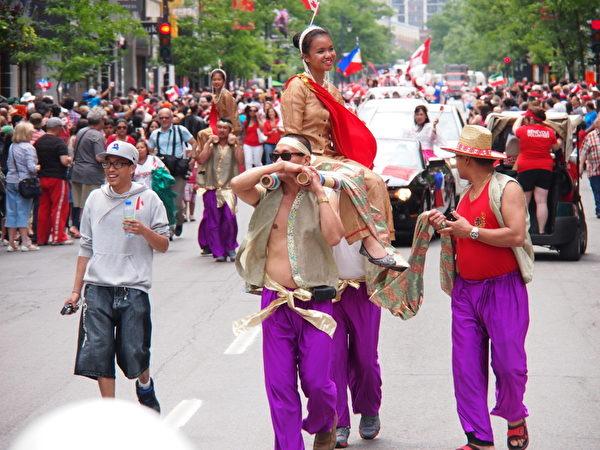 加拿大蒙特利爾民眾舉行國慶遊行,各族裔展示自己的特色文化。(记者/大紀元)