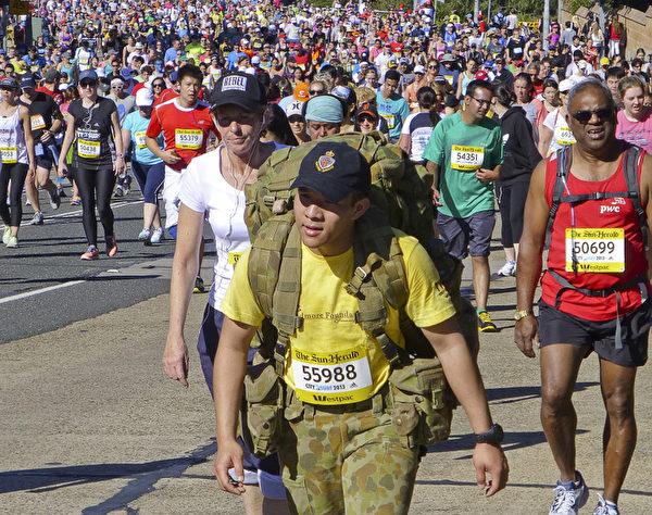 澳洲悉尼世界之最9萬人城市馬拉松,跑不動了走幾步。(伊羅遜/大紀元)