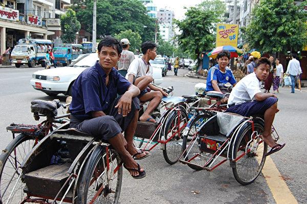 緬甸的二輪車伕等待乘客(黃意文/大紀元)