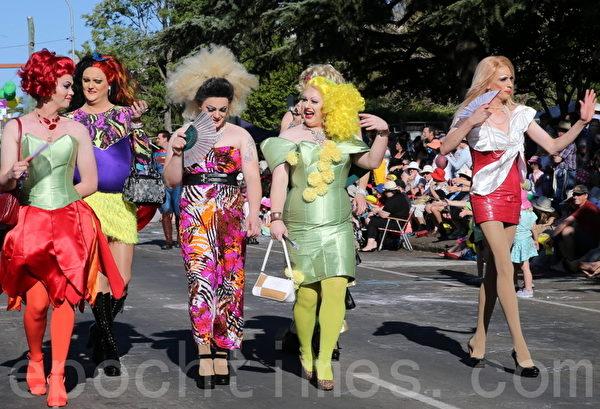 澳洲美女展示在街頭(林珊茹/大紀元)