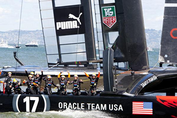 2013年9月25日下午举行的美洲杯帆船赛决胜战中,美国队以44.1秒的优势战胜了挑战者新西兰队。(马有志/大纪元)