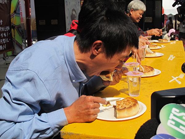 台灣舉行大餅競吃賽,參賽者的吃相讓台下笑聲與加油聲不斷!(廖素貞/大紀元)