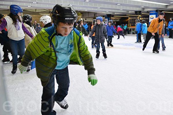 加拿大溫哥華滑冰場開放孩子們先到場(景浩/大紀元)