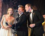 2013年11月26日,伦敦肯辛顿宫,(左起)泰勒•斯威夫特、邦•乔维和威廉王子在冬季白色慈善晚宴上高歌。(Dominic Lipinski - WPA Pool/Getty Images)