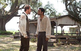 奇维托•艾吉佛(右)在《为奴十二年》(又译:自由之心)中的出色演出被视为奥斯卡大热门。(威视提供)