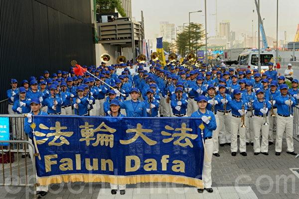 香港法輪功學員和各界人士11月30日在香港政府總部舉行反迫害集會和遊行,呼籲共同制止中共活摘法輪功學員器官的滔天罪行。(宋祥龍/大紀元)