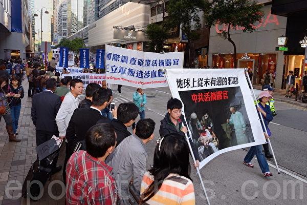 2013年12月1日,香港九龍鬧區舉行聲援1億5千萬勇士退黨的盛大遊行,吸引了大批中國大陸遊客圍觀,數千份真相資料很快派光,大陸遊客在香港退黨也非常踴躍。(宋祥龍/大紀元)
