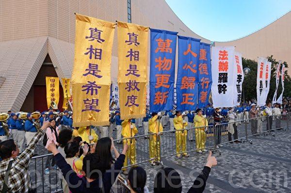 2013年12月1日,香港九龍鬧區舉行聲援1億5千萬勇士退黨的盛大遊行,參加者手持各式橫幅表達訴求。(宋祥龍/大紀元)
