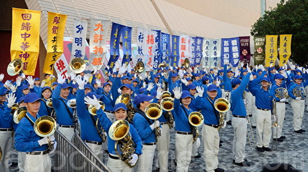 2013年12月1日,香港九龍鬧區舉行聲援1億5千萬勇士退黨的盛大遊行,天國樂團出發前在集會現場演奏。(宋祥龍/大紀元)