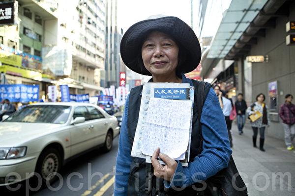 2013年12月1日,香港九龍鬧區舉行聲援1億5千萬勇士退黨的盛大遊行,來自台灣的法輪功學員展示勸退的三退名單。(余鋼/大紀元)