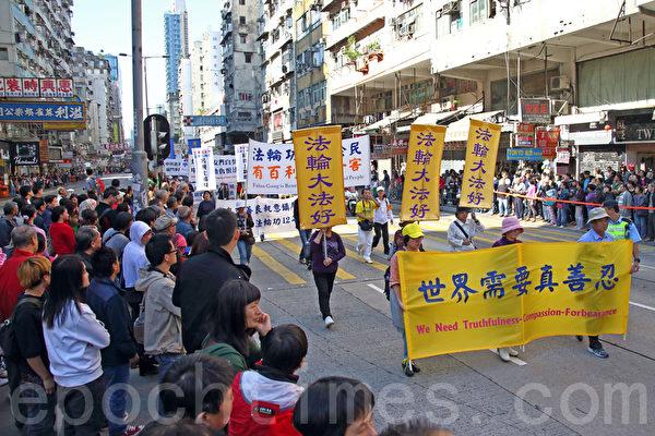 2013年12月1日,香港九龍鬧區舉行聲援1億5千萬勇士退黨的盛大遊行,吸引了大批中國大陸遊客圍觀,數千份真相資料很快派光,大陸遊客在香港退黨也非常踴躍。(潘在殊/大紀元)