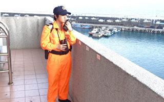 海巡署东巡局82大队出现首位女兵林菁(图),年仅18岁。最近海巡开放使用智慧型手机,她说,工作很忙,没什么感觉。(海巡署提供)