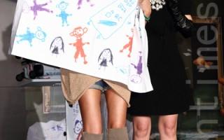 台湾时间12月2日于台北,陶晶莹(右)的好友艺人蓝心湄也出席发片记者会,送上陶晶莹两个小孩涂鸦的行李箱,及周边商品床单、随身杯等。(丘普林/大纪元)