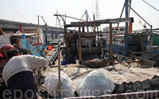 趁著好天气,线西乡塭仔港渔民整装待发,预计下周出海捕捞野生乌鱼子。(郭益昌/大纪元)