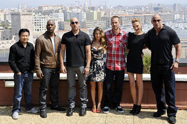 2011年4月28日《速度与激情5》主创人员在法国马赛合影,左起:导演、制片人贾斯汀•林,泰瑞斯•吉布森,冯•迪索,西班牙演员艾尔莎•帕塔基,保罗•沃克,以色列演员加尔•加多特,道恩•强森。(BORIS HORVAT/AFP/Getty Images)