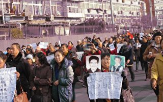 组图:北京突发二千人游行 警察拦截发生冲突