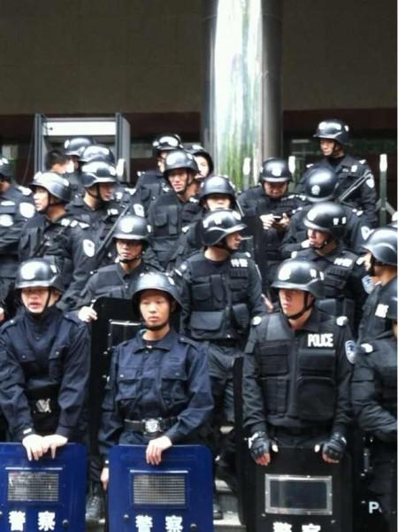 组图:2000人声援粤父子杀官案 数百警持枪庭外戒备