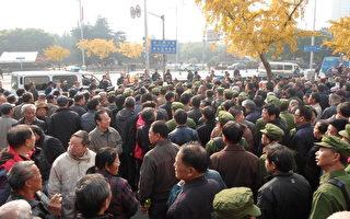 組圖:上海市政府外數千人聚集 涉軍群體罕見出現