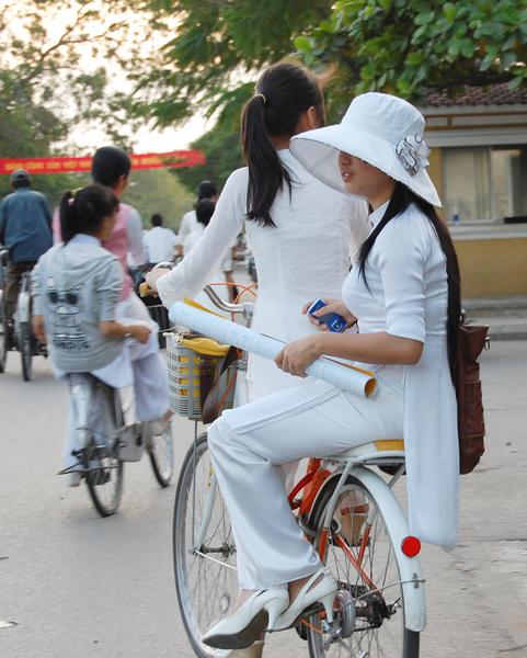 越南中學的女生校服是一身白色的奧黛,。(意文/大纪元)