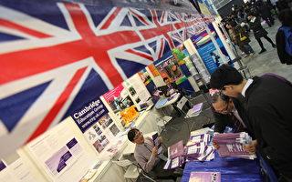 来自多个国家和地区参加超过700家参展商香港举行的进教育和职业博览会,期间学生在查看有关英国院校的小册子。(Ed Jones/AFP/Getty Images)