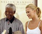 2004年3月11日,非洲第一位奥斯卡影后查理兹‧塞隆与曼德拉合影。(Naashon Zalk/Getty Images)