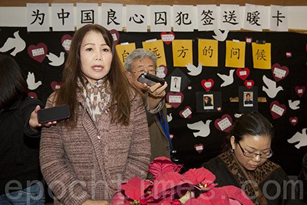 """图说:中国资深民运人士王炳章的妹妹王梅是第一次来参加""""圣诞贺卡签名送温暖""""活动。2013年12月8日旧金山湾区联合市图书馆。(马有志/大纪元)"""