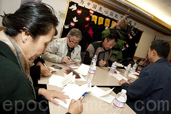"""图说:旧金山湾区的传统节目""""圣诞贺卡签名送温暖""""活动,今年人气很旺。2013年12月8日旧金山湾区联合市图书馆。(马有志/大纪元)"""
