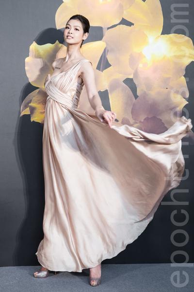 名模林嘉绮12月9日于台湾台北市出席美妆新品发表会,穿着一袭金色单肩长礼服,大方又优雅。(陈柏州/大纪元)