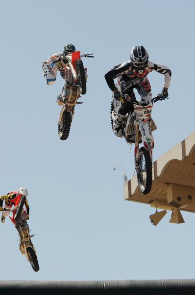 加拿大卡爾加里牛仔節。摩托車高手的高空表演為牛仔競技表演熱場。(吳偉林/大紀元)