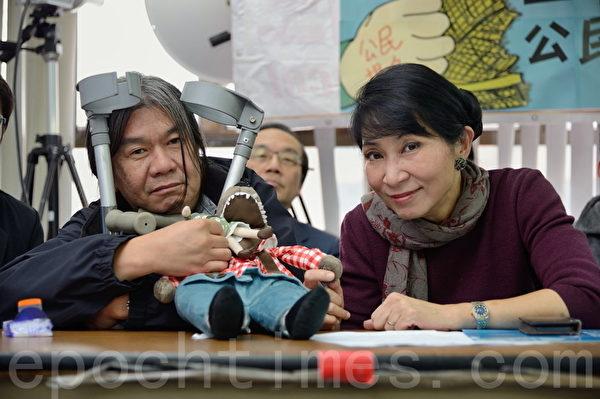 立法會議員梁國雄和毛孟靜手拿「路姆西」毛公仔。(宋祥龍/大紀元)