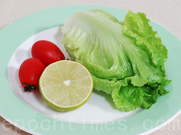 柠檬1个,生菜2片,蕃茄2颗。(摄影:林秀霞 / 大纪元)