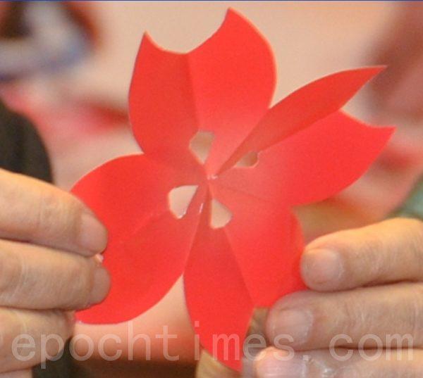 一秒钟完成的樱花剪纸艺术.(宋顺澈/大纪元)
