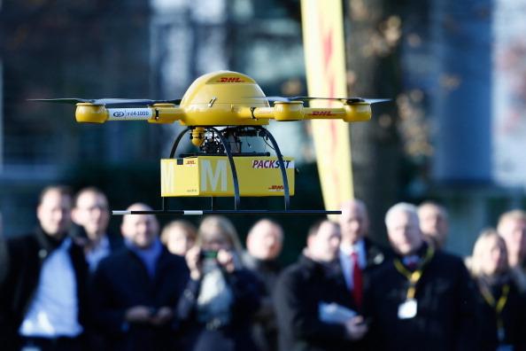 德国邮政在总部波恩大楼前测试无人机派送包裹。(Andreas Rentz/Getty Images)