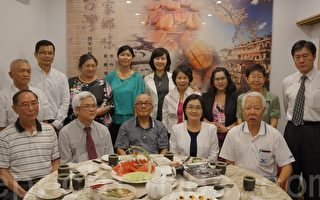 12月11日在布市南区举办的年终台湾侨务餐会的与会贵宾合影(尼尔森/大纪元)