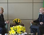 阿富汗总统卡赛(右)13日抵达印度,展开4天访问。(Prakash SINGH/AFP)
