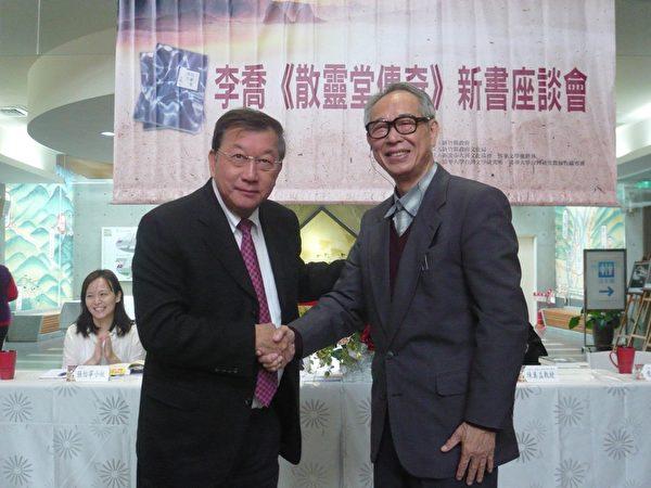 李喬為邱鏡淳縣長(左)初中時的授業老師。(彭瑞蘭/大紀元)