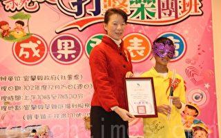 县长夫人林素云颁最佳团员奖给郭彦廷(右)。(谢月琴/大纪元)